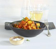 Möchte man dieses Gericht nicht nur zubereiten, wenn es Kürbis gibt, ersetzt man ihn durch Zucchetti – ebenfalls ein Hochgenuss. Exotic Food, Curry Recipes, Potato Salad, Serving Bowls, Potatoes, Vegetables, Tableware, Ethnic Recipes, Kitchen