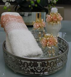 Conjunto Luxo para toalete com flores de seda , pode ser usado como kit madrinha, lembrança de casamento... Varias opções de fragância e adornos decorativos, podem ser feitos combinando com a decoraçao do seu evento.  Kit  1 sabonete liquido 250ml,  1 home spray 110ml,  1 aromatizador 160ml,  Var...