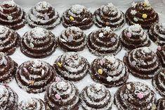 Prajitura Albinita cu foi cu miere si crema de gris cu lapte si unt Cookie Desserts, Mini Cupcakes, Biscuit, Candy, Cookies, Unt, Food, Pies, Crack Crackers
