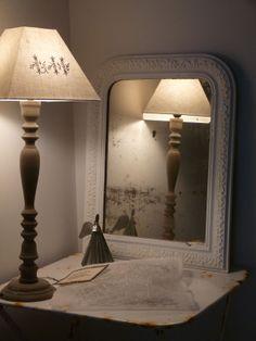 ancien miroir repeint et jolie lampe