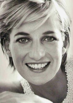 Diana, Princess of Wales - 1997 - Kensington Palace - Vanity Fair - Queen of Hearts - Photo by Mario Testino Lady Diana Spencer, Mario Testino, Princesa Diana, Tilda Swinton, Kate Middleton, Beautiful People, Beautiful Women, Beautiful Smile, Simply Beautiful