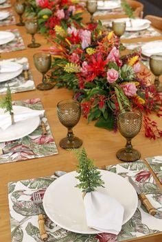 Jogos americanos estampados retangulares da Coleção Bahiae porta-guardanapos de avencas da nossa lojaCouvert, completaram a mesa.