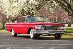 Pontiac Bonneville Sport Coupe 1960 The Pontiac Bonneville became a full-fledged series for comprising a hardtop coupe and a conv. American Auto, American Classic Cars, American Pride, Pontiac Cars, Pontiac Bonneville, Best Muscle Cars, Chevrolet Tahoe, Sports Sedan, Us Cars