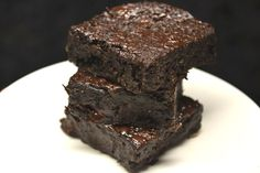 Easy and fast dessert recipes Need a sweet treat that's easy to make? These simple desserts do just the trick. Choose from these creamy pies, frosty frozen pops, delightful cookies, bite-sized candies and more. Rolo Brownies, Brownie Cookies, Chocolate Brownies, Eggless Brownie Recipe, Brownie Recipes, Cake Recept, Fast Dessert Recipes, Keto Desserts, B Recipe