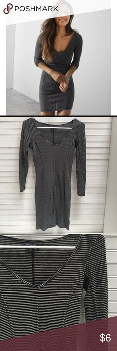 """AMERICAN EAGLE BODYCON DRESS SIZE S This dress hugs all the right places! I am 5'2"""" and it hits right above my knee, is runs true to its size. It is soft and comfortable and has 3/4 length sleeves. American Eagle Outfitters Dresses Midi"""