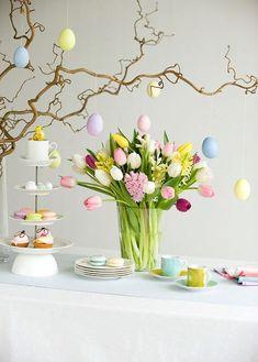 Tutorial per realizzare l'albero pasquale: con rami fioriti, uova decorative DIY e simboli primaverili stampabili. Un'idea creativa perfetta da usare come centrotavola per il vostro pranzo di Pasqua.