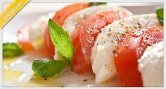 L'insalata caprese è la ricetta per eccellenza dell'isola di Capri e nella nostra rubrica vi proponiamo i facili passaggi per prepararla.