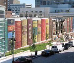 De parkeergarage van de Kansas City Public Library ontworpen door Dimensional Innovations.  Bewoners uit de buurt mochten hun favoriete titel opgeven!