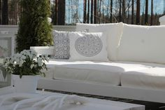 k o t i p o r s t u a: Terassin uusi DIY sohva / daybed Outdoor Sofa, Outdoor Furniture, Outdoor Decor, Diy Daybed, Love Seat, Koti, Couch, Diy Crafts, Throw Pillows