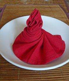 """""""Le plaisir de la table est une sensation réfléchie qui nait de diverses circonstances de faits, de choses et de personnes qui accompagnent le repas ."""" Brillat-Savarin Je vous l'avais annoncé, et bien le voilà : mon article sur le pliage de serviettes...."""
