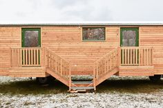 Auch auf kleinem Raum können ökologische Baumaterialien alle Möglichkeiten individueller Gestaltung mit den Anforderungen an gesunde Lebens- und Wohnbedingungen für den Menschen vereinen. Die natürlichen Materialien, aus denen unsere Aufbauten bestehen, tragen nicht nur maßgeblich zur Langlebigkeit der Konstruktion bei, sondern bieten auch ein Wohlbefinden im Innenraum. Wir freuen uns, Sie auf unserer Homepage begrüßen zu können. bauwagenwerk.de #bauwagen, #tinyhouse, #waldkindergartenwagen Deck, Outdoor Decor, Home Decor, Construction Materials, Feel Better, Room Interior, People, Homes, Decoration Home