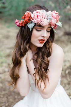 This pink and red floral wreath is just so gorgeous #gardenparty #gardenpartywedding #wedding #bridalhair #flowers