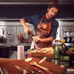 Witloft leather aprons are expertly handcrafter in Holland with the finest saddle leather. Robust and durable, a Witloft apron will last for years.