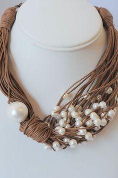 Collana con spago e perle bianche