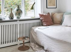 Billedresultat for radiatorskjuler jem og fix Danish Apartment, Nordic Style, Guider, Walk In Closet, Daybed, Beautiful Homes, Sweet Home, Throw Pillows, Living Room