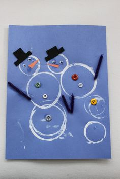 Fun winter craft: make snowmen by stamping white paint using different-sized disposable (paper or plastic) cups, then add decorations like buttons, googly eyes, pipe cleaners or real sticks for arms, paper scraps. Other fun craft ideas at this site. Winter Art Projects, Winter Crafts For Kids, Winter Kids, Cup Crafts, Snowman Crafts, Snow Theme, Winter Theme, Daycare Crafts, Classroom Crafts