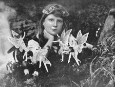 The Cottingley Fairies are paper cutouts of fairies photographed in a garden by two children. Several adults, including Sir Arthur Conan Doyle (the creator of the Sherlock Holmes detective stories), believed they were photos of real fairies. Robin Wight, Fairy Land, Fairy Tales, Fairy Dust, Real Fairies, Famous Fairies, Flower Fairies, Fairies Photos, Kobold