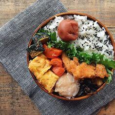 tami_73 on Instagram pinned by myThings ✎ チキンスティック弁当。 ✎ 残り物と冷凍しておいたおかずと、チルド焼売とまとまりのない弁当になりました ✎ おつかれ土曜日(⁎ꈌོ⁎) #tami弁