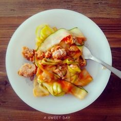 comida sana: receta de tallarines de calabacín. Comer sano es fácil! http://www.asweetdayblog.com/2013/10/comida-sana-tallarines-de-calabacin.html Healthy food: zucchini noodles.