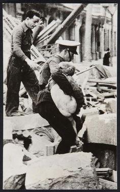 Agusti Centelles, Bombardeo en la Gran Via, 1983 20 x 12, 3 cm Museo Nacional Centro de Arte Reina Sofia Photo, Joaquin Cortés/Roman Lores