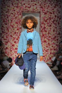 Monnalisa Spring/Summer 2017 Fashion Show Palazzo Corsini, Florence June 2016 Boy Fashion, Fashion Show, Casual Sneakers, Kids Outfits, Runway, Spring Summer, Children, Boys Style, Palazzo