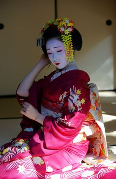 November 2014: maiko Mamefuji of Tama okiya in Gion Kobu (SOURCE) She's finished only her first year in Gion but she got instantly super popular! Will she steal the crown of the most popular maiko in Gion this year?