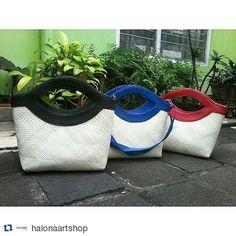 #Repost @halonaartshop with @repostapp  TAS MATA TALPAN Bahan : pandan Warna ; bisa cstm Rp. 100000  ECERAN&GROSIR Harga bisa nego  Untuk Pemesanan hub : Pin bbm : 5E1F4EF9 Line : ownerhalona Wa : 085846296346  #craft #handycraft #webe  #handbag #handbagshop #madeinindonesia #clutch #clutchbag #clutches #clutchpesta #clutchparty #clutchtapis #clutchpandan #handmade #homeindustri #gointernasional #antique #unique #vintagestuff #vintage #bag #clutchbrukat #webebag #pandanusbag #pandanbag…