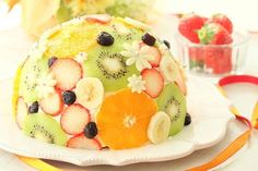 """Just cut the fruit! Simple decoration """"polka dot cake"""" is pop and cute - Pastry World Fruit Combinations, Polka Dot Cakes, Sweets Cake, Food Decoration, Summer Fruit, Cooking With Kids, How Sweet Eats, Cute Food, Cake Art"""