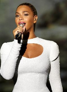 Beyonce Sings for World Humanitarian Day!: Photo Beyonce is breathtaking in a floor-length white gown as she performs for the General Assembly at the United Nations on Friday (August in New York City. World Humanitarian Day, Beyonce Beyhive, Beyonce Knowles, Queen B, Celebs, Celebrities, Celebrity Gossip, Actors & Actresses, How To Look Better