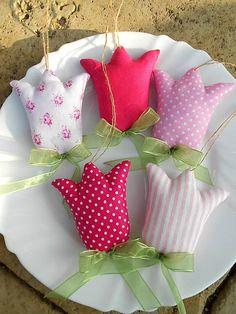 Textilné tulipániky tentokrát na zavesenie (nie zápich, ako ste zvyknuté). Naspodu tulipániku je ručne prišitá šifónová mašlička ako lístky. Vďaka kreatívnej Katke za ďalší super ná...