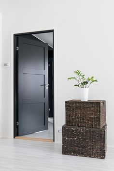 Or White doors and black fixtures? Contemporary Interior Doors, Interior Door Styles, Black Interior Doors, Black Doors, Office Interior Design, White Doors, Door Design, House Design, Modern Entry Door
