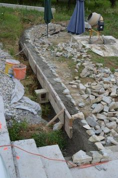 unsere Natursteinmauer entsteht...