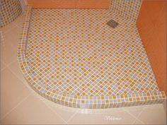 Душевой поддон в строительном исполнении.Верхний душ и ручная лейка.Внешний бортик три кубика мозаики (6см) внутренний два кубика (4см)