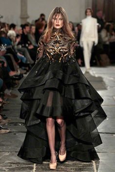 Catwalk Fashion, Vogue Fashion, Fashion Show, Fashion Design, Black Leather Gloves, Halter Maxi Dresses, Paris Shows, Catwalks, Black Ruffle