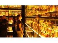 El alcohólico es la persona que consume alcohol y ha pedido la libertad de poderse abstener del alcohol; ya no es él quien manda, sino el tóxico. El alcohólico (aunque a menudo trate de engañarse a sí mismo) sabe que debería dejar de beber pero no puede.
