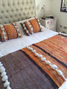 Pin by Cristina Pimparel on Boas ideias Weaving Textiles, Tapestry Weaving, Bed Throws, Hand Weaving, Cushions, Kids Rugs, Colours, Blanket, Bedroom