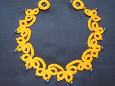 collana gialla con perle blu
