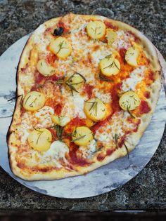 Potatoes, mozzarella (vegan alternative), rosemary, thyme and tomato pizza topping