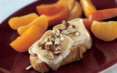 Bagt ost og frugt De bagte frugter frembringer en behagelig sødme, som er skøn til den cremede ost og de sprøde nødder. Mmm!