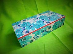 Cajas en madera pintada, papel y resina