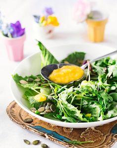 Vihreä salaatti ja mangovinegretti