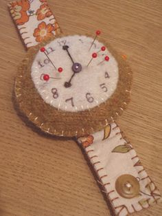 Wrist Watch Pincushion ~ Looking for a fun, free pincushion pattern? This Wrist Watch Pincushion is a fantastic spin on an old sewing necessity. Use your creative juices to eliminate the mess of needles and quicken your sewing time. Book Crafts, Felt Crafts, Fabric Crafts, Sewing Crafts, Paper Crafts, Diy Crafts, Pincushion Tutorial, Felt Tutorial, Pincushion Patterns