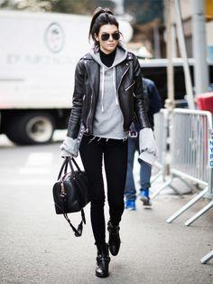 Der Streetstyle-Look von Kendall Jenner ist lässig und einfach. Diese Basics hat fast jede im Schrank. Schwarze Skinny-Jeans, derbe Boots, Lederjacke und Hoodie drunter - passt!