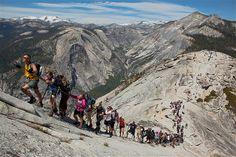 Imagen: Un grupo de turistas esperan en fila para escalar la ruta de El Cable, la cara este de la Media Cúpula. (© Jimmy Chin/National Geographic Creative)