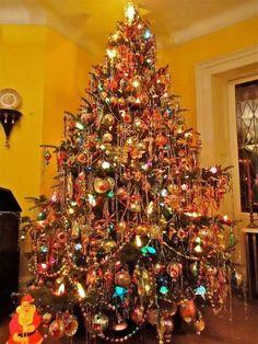 Christmas Scenes, Noel Christmas, White Christmas, Christmas Tree With Tinsel, Christmas Tree Colored Lights, Old Fashion Christmas Tree, Country Christmas, Vintage Aluminum Christmas Tree, Victorian Christmas Tree