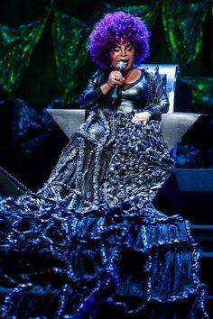"""Elza Soares no show de abertura da turnê de seu disco de inéditas, """"A Mulher do Fim do Mundo"""". A cantora de 78 anos precisou se apresentar sentada, pois está se recuperando de uma cirurgia na coluna."""