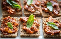 <p>Malzemeler 3 dilim ekşi mayalı ekmek 1,5 yemek kaşığı biber salçası 1/2 yemek kaşığı domates salçası 1,5 su bardağı ceviz 2 diş sarımsak 1 çay bardağı zeytinyağı 1 yemek kaşığı isot 2 yemek kaşığı nar ekşisi Kimyon tuz karabiber Hazırlanışı Muammarayı yapmadan bir gün önce isotu zeytinyağının içinde beklemeye alın. Ertesi gün ıslatılıp suyu sıkılan […]</p>
