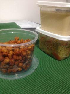 Refeição pronta para dias de trabalho fora de casa! Aperitivo de grão de bico. Homus tahine. Salada de quinoa C legumes.