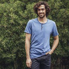 T-Shirt mit Knopfleiste aus 100% Biobaumwolle für Herren: Ein attraktives Rundhals-Shirt mit kurzer 2-Knopfleiste aus 100% Bio-Baumwolle. Der klassische Schnitt und das weiche simple Jersey-Material sorgen für das optimale Tragegefühl.