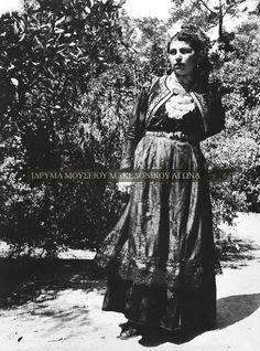Φωτογραφία μιας κοπέλας από την Ελασσόνα με την παραδοσιακή ενδυμασία του τόπου της, την περίοδο 1937-1940. Στα τέλη του 19ου αιώνα και στις αρχές του 20ου η επαρχία Ελασσόνας δέχτηκε βλάχικους πληθυσμούς, που κατέβηκαν από τα ορεινά βλαχοχώρια του Ολύμπου. Συλλογή Αστέριου Κουκούδη